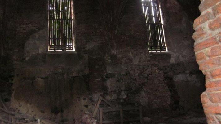 Wieviele Kinderaugen wohl erwartungsvoll durch diese Fenster blickten, während des Gottesdienstes