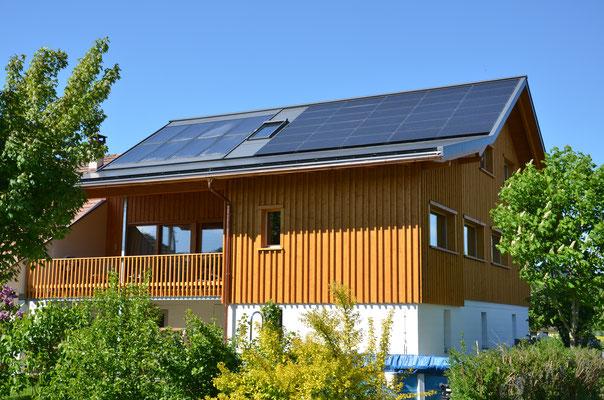 Seit 2014 produzieren wir auf unserem Hausdach Eigenstrom für Haushalt + saubere Mobiliät.