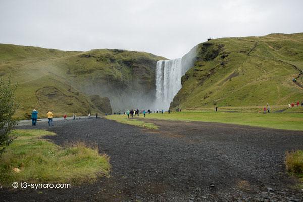 touristenauflauf an einem wasserfall der ringstrasse