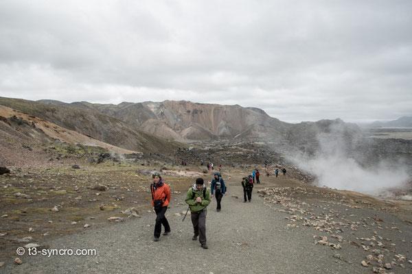 touristen und wanderfreaks schwärmen morgens aus. landmannalaugar