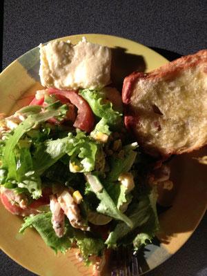 eisbergsalat mit gegrillter hähnchenbrust, ei, käse, mais, tomaten + paprika an knoblau-senf-olivenöl-dressing - beilage: geröstetes rosinenbrot + bratkäse aus österreich und rotwein