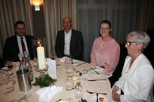Aylin Röhrl mit Ehemann Stefan Lange eingerahmt von Rita Röhrl und Bürgermeister Daniel Graßl