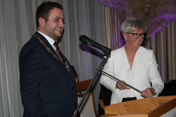 Bürgermeister Daniel Graßl mit Ehrenbürgerin Rita Röhrl