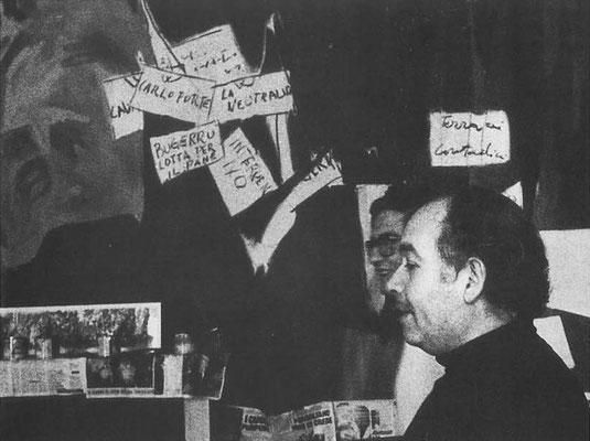 """Il pittore davanti ai pannelli preparatori della """"Storia di Sardegna"""""""