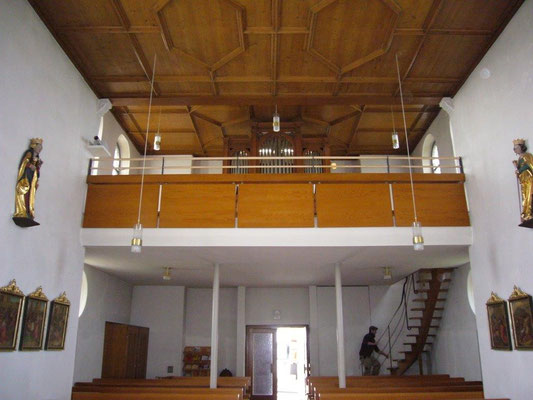 Erhöhung der Brüstung zur Vermeidung der Absturzgefahr in der Kirche St. Peter und Paul in Zell am Andelsbach