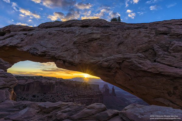 Los primeros rayos de sol desde mesa arch  / The first rays of sun from mesa arch