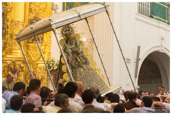 La procesión de la Virgen del Rocío. / The procession of the virgin of the Rocío