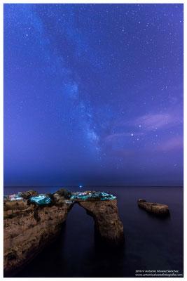Vía Láctea sobre el arco de la playa de Albandeira  /  Milki way on the arc of the beach of Albandeira
