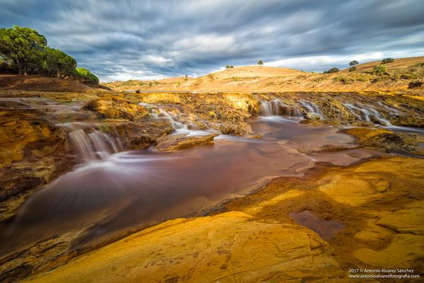 Pequeñas cascadas sobre el río Tinto  /  Small waterfalls on the Rio Tinto