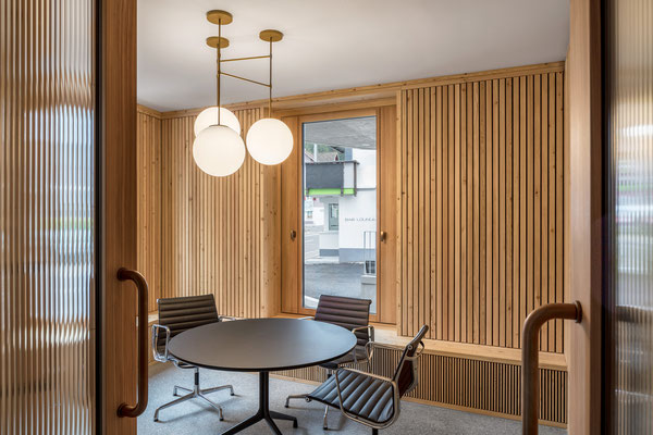Raiffeisenbank Unteriberg, Architekt:  Roman Hutter Architektur GmbH, Luzern, Lichtplaner: Sommerlatte & Sommerlatte AG, Zürich, Fotograf: Markus Käch, Emmenbrücke