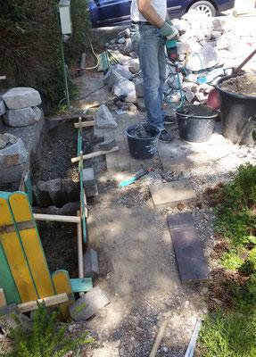 Das Fundament für die neue Treppe wird gebaut