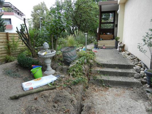 Als erstes müssen Holzpalisaden und Pflanzen (in Töpfen zwischenlagern) entfernt werden