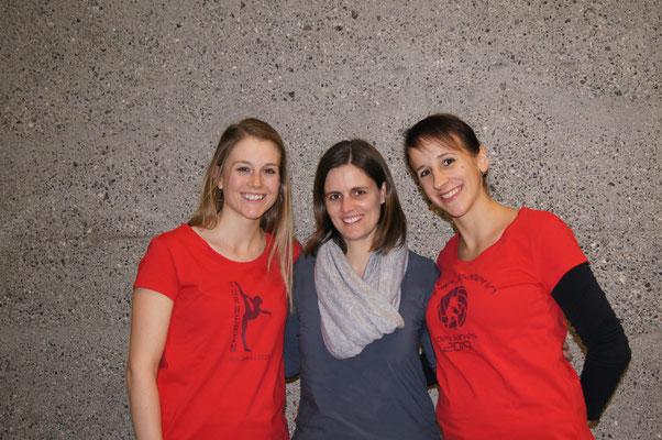Das neue Ehrenmitglied Karin Rohr umrahmt von der Turnerin des Jahres Livia Freitag (links) und der Volleyballerin des Jahres Sandra Winteler (rechts).