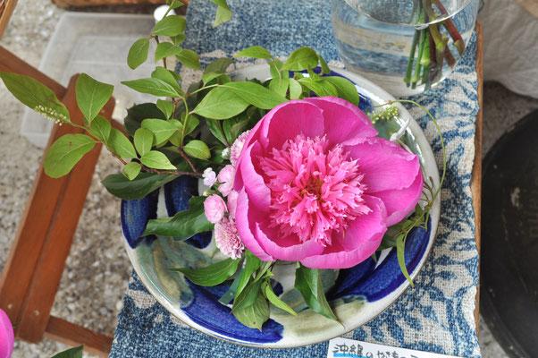 沖縄の職人さんがつくった手仕事の皿¥3500(アレンジ花代込み¥4500)