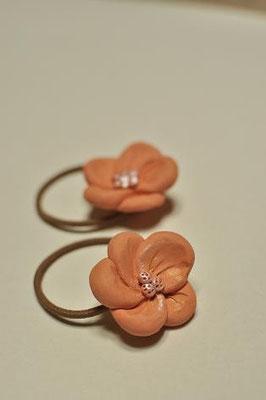 ヘアーゴム 髪にテラコッタの花が咲きます