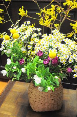 ボリュームを持たせた花束も可能です。ご予算をお聞かせ下さい。