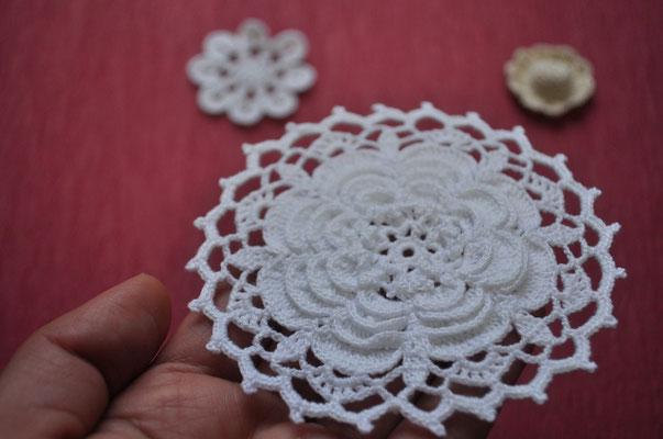 ① 花モチーフ 9.5cm円形 ¥1200