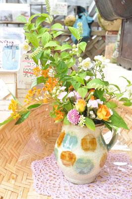 沖縄の職人さんがつくった手仕事の皿 北窯ピッチャー¥2900(アレンジ花代込み¥4900)