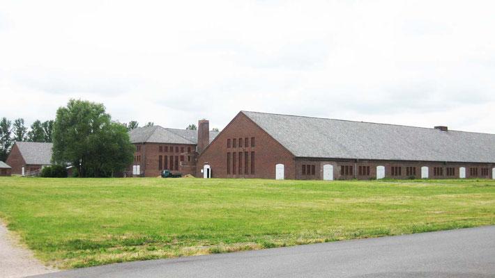 Neuengamme`s koncentrācijas nometnes muzeja daļa, bijusī ķieģeļa fabrika. 1944.gadā Jānis bija nometināts priekšā redzamajā hallē. Foto no 2012.gada