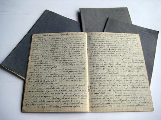Vier mit blauer Tinte vollgeschriebene Hefte aus Wehrmachtsbeständen