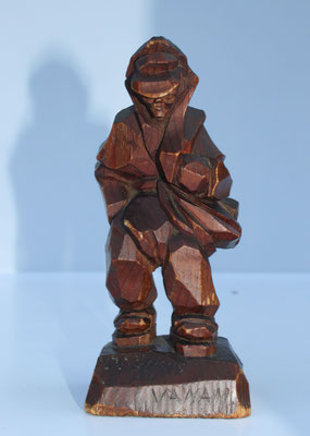 """Jāņa drauga Ceroņa dāvana Jānim 25.dzimšanas dienā 1946.gadā. """"Letiņa"""" kokgriezuma figūriņa (Levita darbs)"""