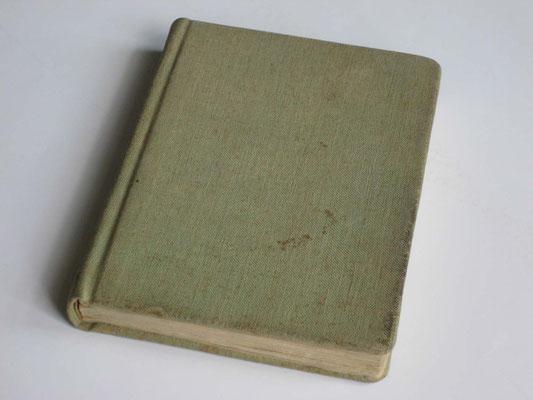 """""""Erstausgabe"""" von 1946. Eigenanfertigung im Kriegsgefangenenkager in Belgien. Fester Einband, überzogen mit grünlicher Zeltplane"""