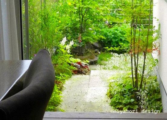 〜リビングからの眺めを楽しむ庭〜©miyamori design