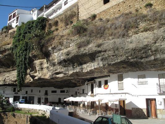 Setenil de Las Bodegas, village dans le sud de l'Espagne dans la province de Cadix.