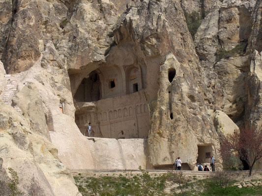 Entrée d'une église rupestre en Cappadoce, Tuquie, Karanlık kilise. (image : Georges Jansoone JoJan)