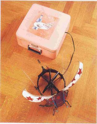 Panamarenko, May-bug, Hanneton, 1975, boîte de machine à écrire, moteur électrique, petites roues, bois, métal, plastique.