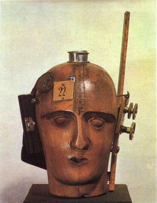 Raoul Haussman, L'Esprit de notre temps - Tête mécanique, vers 1919, assemblage, 32,5 × 21 × 20 cm, Musée national d'art moderne, Paris.