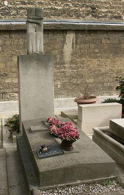Le Baiser, 1910, au cimetière Montparnasse, commande pour le monument funéraire d'une jeune femme russe, Tatiana Rachewskaïa.  qui s'est suicidée par amour.
