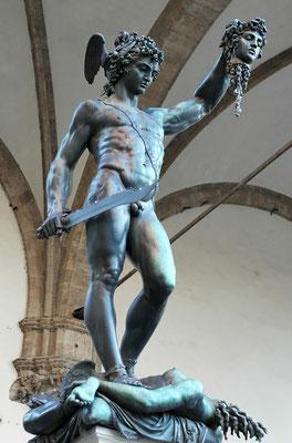 Benvenuto Cellini, Persée tenant la tête de Méduse, Sculpture en bronze, 5,19 m, 1545-1554, Loggia des Lanzi, Piazza della Signoria, Florence