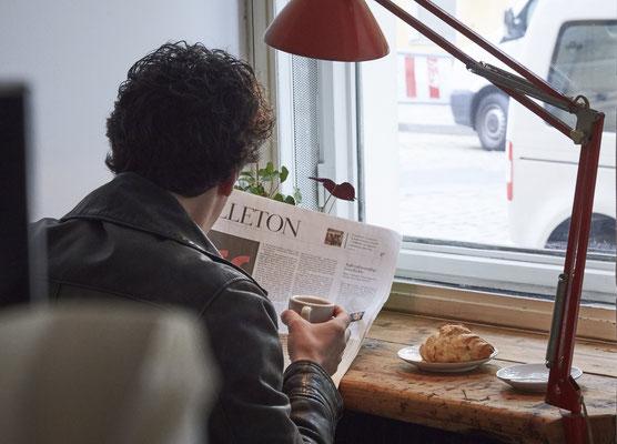 Zeitungsleser in der Pomeranze © Lena Fingerle