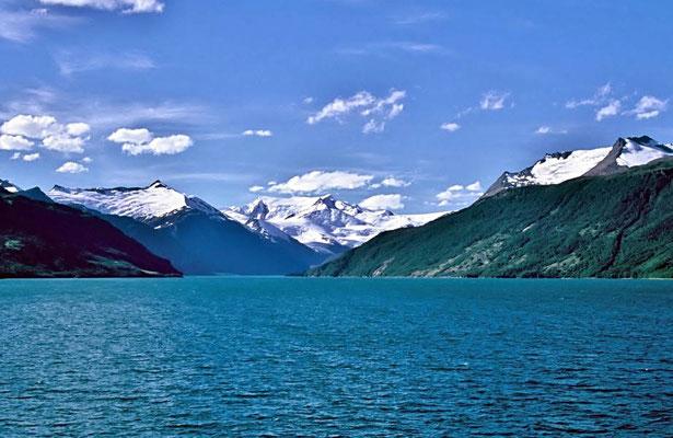 Der Beagle-Kanal ist eine natürliche Wasserstraße im Süden Feuerlands an der Südspitze Südamerikas, die den Atlantik mit dem Pazifik verbindet.