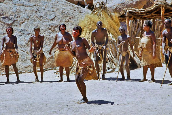 Damara Living Museum, Tanz auf dem Dorfplatz.