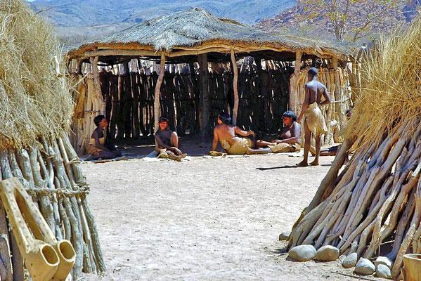 Damara Living Museum, vor den Hütten auf dem Dorfplatz.
