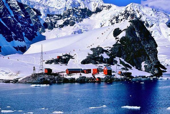 Die Station Almirante Brown in der Paradiesbucht ist benannt nach Admiral William Brown , dem Vater der argentinischen Marine.