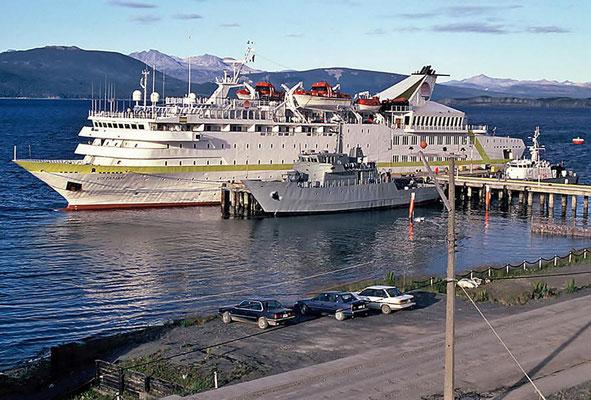 Die MS Vistamar liegt im Hafen von Puerto Williams.