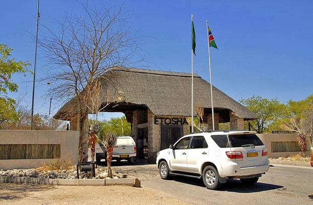"""Der Etosha-Nationalpark ist ein 22.275 Quadratkilometer (km²) großer Nationalpark im Norden von Namibia. Einfahrt im Süden durch das """"Anderssons-Tor""""."""