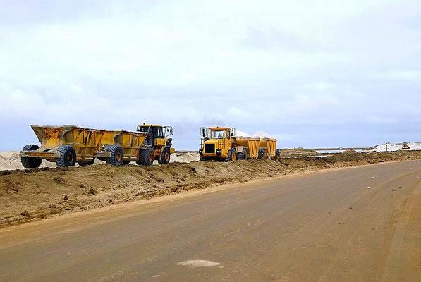 Meersalzgewinnung in der Lagune bei Walvis Bay. Walvis Bay liegt an der Atlantikküste rund 30 Kilometer südlich der Stadt Swakopmund. Hier endet die Nationalstraße B2.