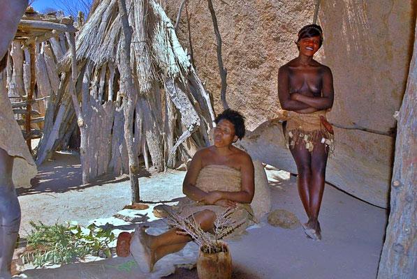 Damara Living Museum, in der Hütte der Kräuterfrau.