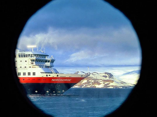 Begegnung mit der MS Nordnorge, einem Schiff der Hurtigruten.