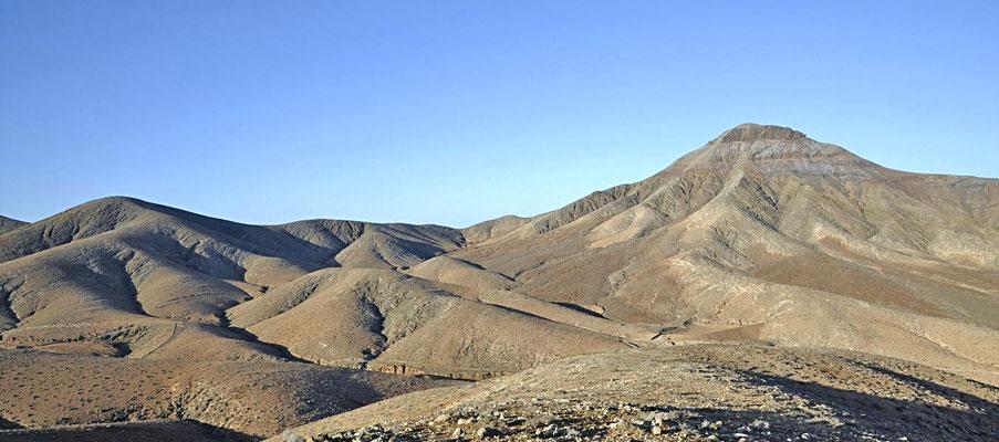 Durch Wind und Wetter abgeschliffene Vulkankegel auf Fuerteventura.