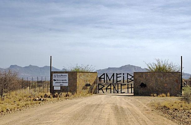 Toreinfahrt zur Ameib Ranch die bis 2012 von Frau Kögl geführt wurde.