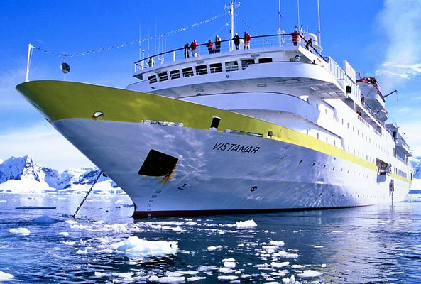 MS Vistamar liegt auf Reede in der Paradise Bay.