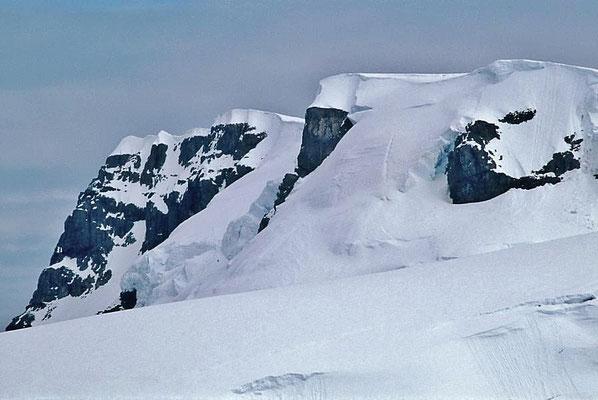 Die Antarktis umfasst die um den Südpol gelegenen Land- und Meeresgebiete.