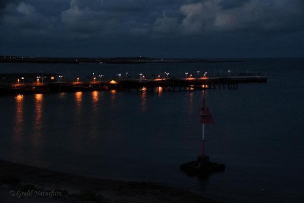 Anleger der Helgoländer Dünenfähre bei Nacht.