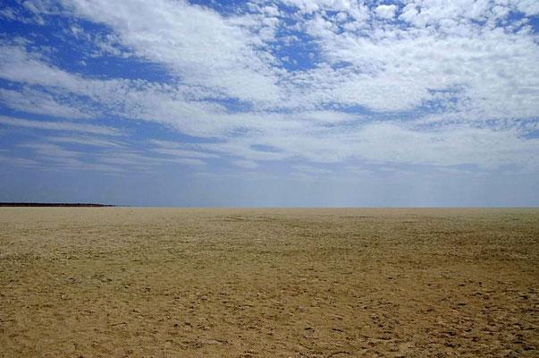 """Die 5.000 Quadratkilometer umfassende weiße Etosha-Pfanne (etosha bedeutet """"großer, weißer Platz"""") nimmt knapp ein Viertel der Fläche des Nationalparks ein."""