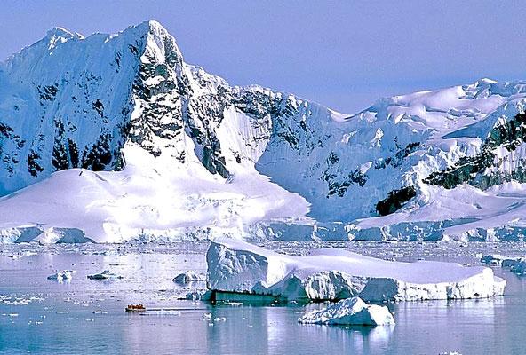 """Über 2000 Meter hohe schneebedeckte Berge und gewaltige Gletscher rahmen die geschützte Bucht """"Paradise Bay"""" auf der Antarktischen Halbinsel ein."""
